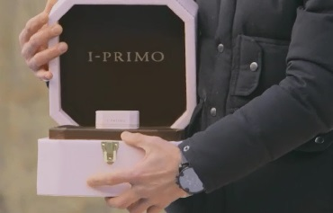 盒子打開後,裡面還有一個小盒子。 上面有著「I-PRIMO」的字樣。