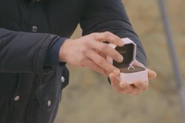從盒中取出訂婚鑽戒