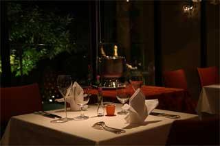 在期盼已久的餐廳,真希望有浪漫的事發生!這裡推薦的地點No.1,非屬「高檔餐廳」不可!